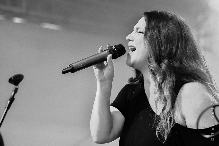 Konzertfoto VIOLA mit Mikrofon in der Hand, singend auf dem Stadtfest Aschaffenburg, Foto von Thomas Brandt